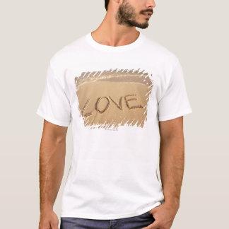 """T-shirt """"Aimez"""" le sable écrit sur la plage avec entrant"""
