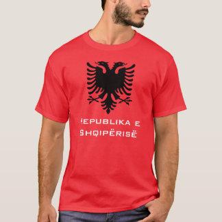 T-shirt Albanais noir Eagle sur l'arrière - plan rouge
