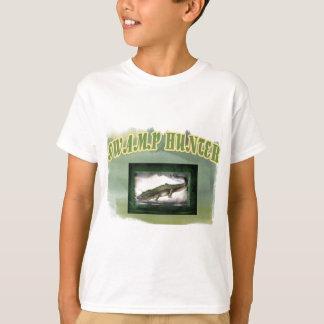 T-shirt Alligator de Camo posé par chasseur de marais