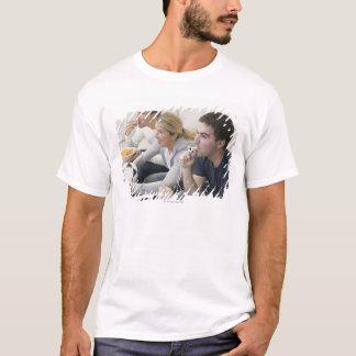 T-shirt Amis regardant la TV avec le sifflement, le
