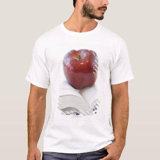 T-shirt Apple sur le manuel ouvert