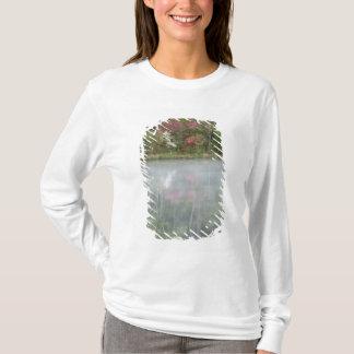 T-shirt Azalées relfecting dans un étang pendant tôt