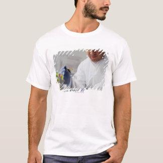 T-shirt Baisses de mesure de chimiste dans un flacon