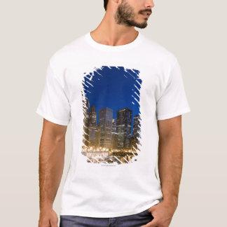 T-shirt Bâtiments le long de la façade d'une rivière de