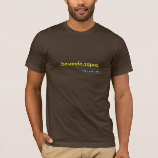 """T-shirt """".besando.sapos."""" par la maman collective 2009. de"""
