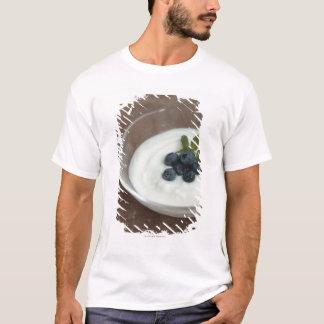 T-shirt Bol de yaourt avec la myrtille sur la table