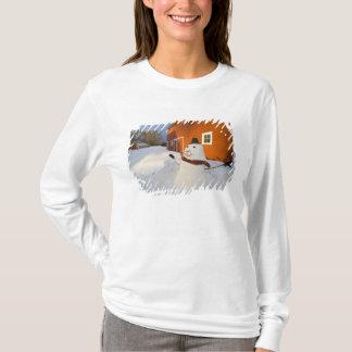 T-shirt Bonhomme de neige devant la grange rouge en