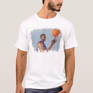 T-shirt Boule de équilibrage de joueur de basket sur un