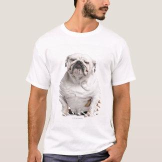 T-shirt Bouledogue anglais, se reposant devant le blanc