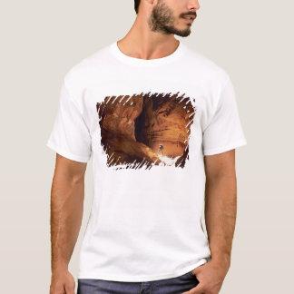 T-shirt Canyoneer a illuminé dans les profondeurs d'un