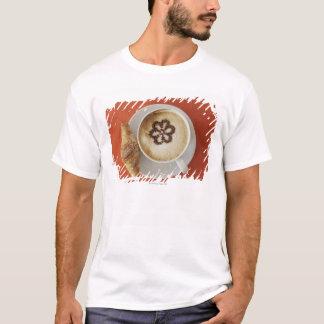 T-shirt Cappuccino avec du chocolat et un croissant,