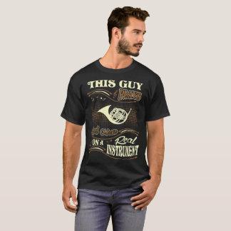T-shirt Ce type joue le vrai cor de harmonie d'instrument