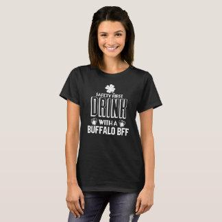 T-shirt Célébrez St Patrick. Buvez avec Buffalo BFF !