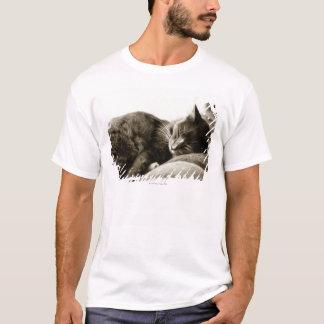 T-shirt Chat dormant sur le sofa (ton de sépia de B&W)