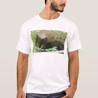 T-shirt Chat noir se cachant dans l'herbe