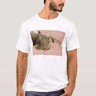 T-shirt Chat tigré argenté étiré sur le couvre-lit