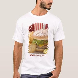 T-shirt Cheeseburger avec les pommes chips et le cornichon