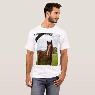 T-shirt Cheval de châtaigne reniflant un arbre de Banksia,