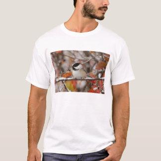 T-shirt Chickadee Noir-couvert par adulte dans la neige,