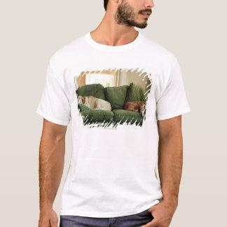 T-shirt Chiens dormant sur le sofa