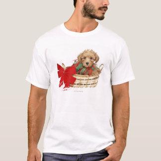 T-shirt Chiot de caniche se reposant dans le panier de