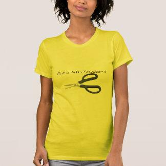 T-shirt ciseaux, courses avec des ciseaux