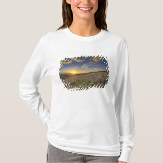 T-shirt Coucher du soleil au-dessus des montagnes de