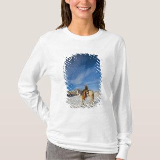T-shirt Cowboy sur son cheval dans la neige 2
