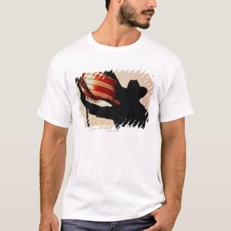 T-shirt Cowboy tenant la bannière étoilée, silhouette,