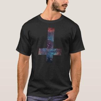 T-shirt Croix à l'envers de nébuleuse de galaxie