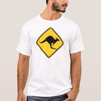 T-shirt danger d'avertissement de kangourou dans le jour