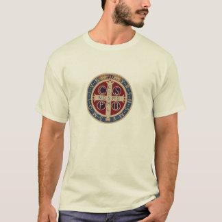 T-shirt de couleur claire avec la médaille de St