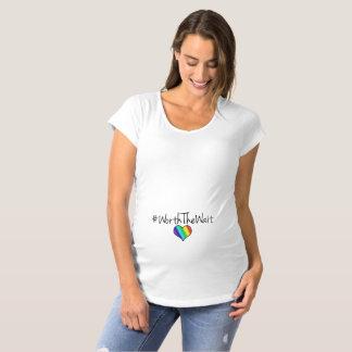 T-Shirt De Maternité En valeur le coeur d'arc-en-ciel d'attente