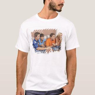 T-shirt Deux couples observant le football dans le salon