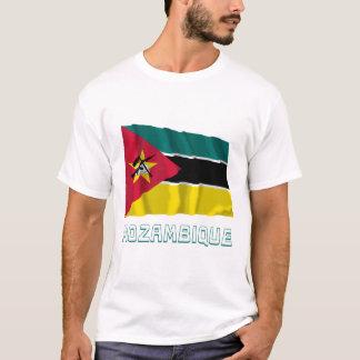 T-shirt Drapeau de ondulation de la Mozambique avec le nom