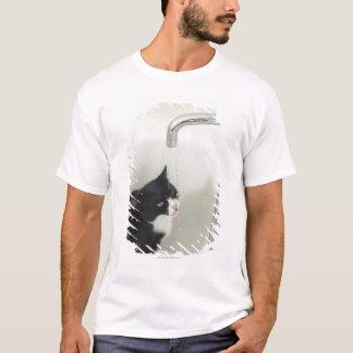 T-shirt Égoutture d'eau potable de chat d'un robinet