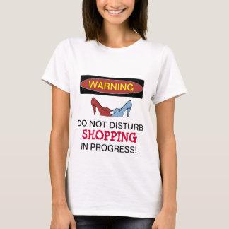 T-shirt en cours de achat de chaussure