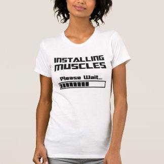 T-shirt En installant des muscles veuillez attendent la
