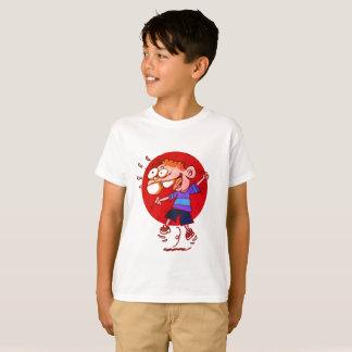 T-shirt enfant heureux sautant pour aérer la bande