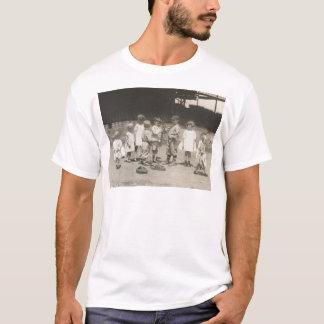 T-shirt enfants des années 1920 jouant sur le terrain de