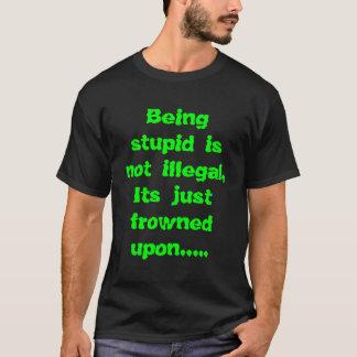 T-shirt Être stupide n'est pas illégal, son u froncé les