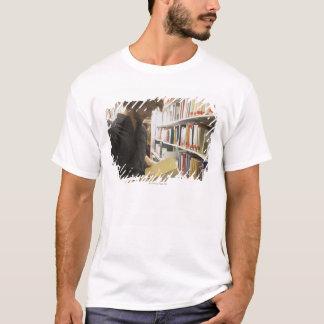 T-shirt Étudiant adolescent dans la bibliothèque
