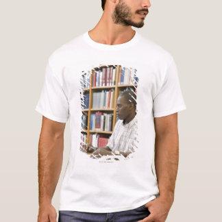 T-shirt Étudiant universitaire travaillant dans la