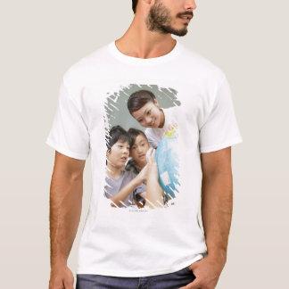 T-shirt Étudiants élémentaires et professeur regardant