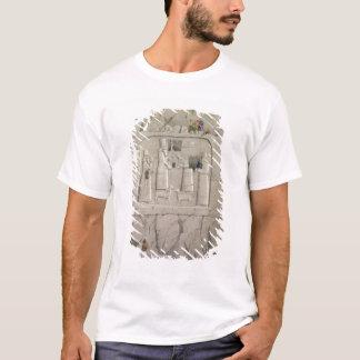 T-shirt Examinant une sculpture assyrienne en roche, de