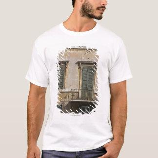 T-shirt façade du bâtiment avec un balcon et à volets