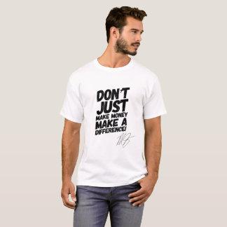 T-shirt Faites à une différence la pièce en t de