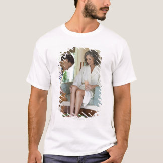T-shirt Femme atteignant un bain de pieds un spa au