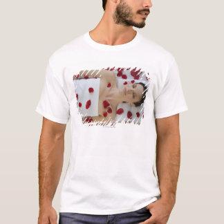 T-shirt Femme couverte dans des pétales de fleur