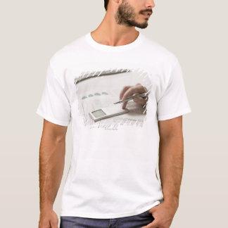 T-shirt Femme travaillant aux écritures financières et